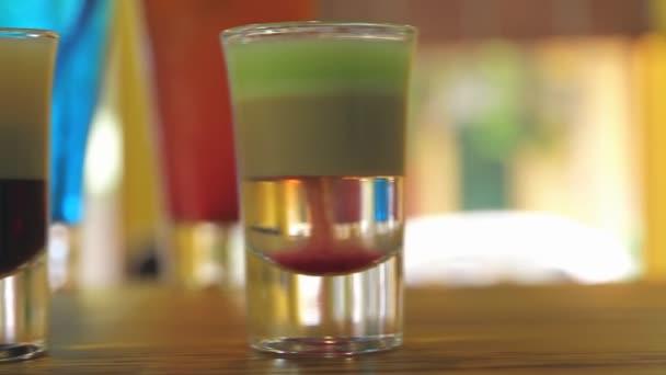 bunte Cocktails an der Bar einen anderen Fokus