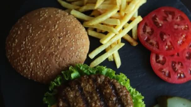 Hovězí hamburger gril hranolky rajčatový sýr