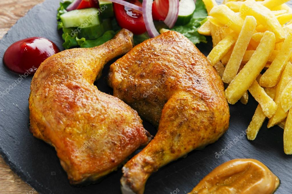 Muslos de pollo asado con papas fritas y ensalada foto for Cocinar 2 muslos de pollo