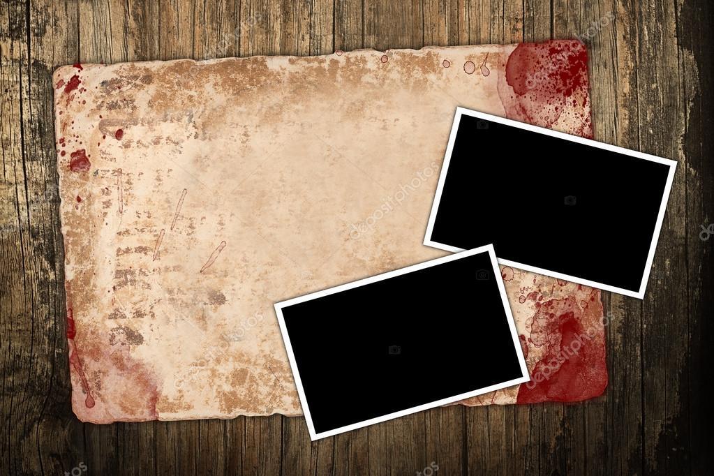Verblasst, Altpapier und leere Bilderrahmen auf dunklem Untergrund ...