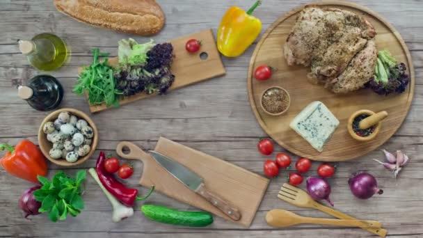 Příprava salátu na dřevěný stůl