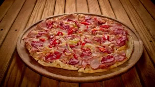 Mani prendendo grande pizza tagli