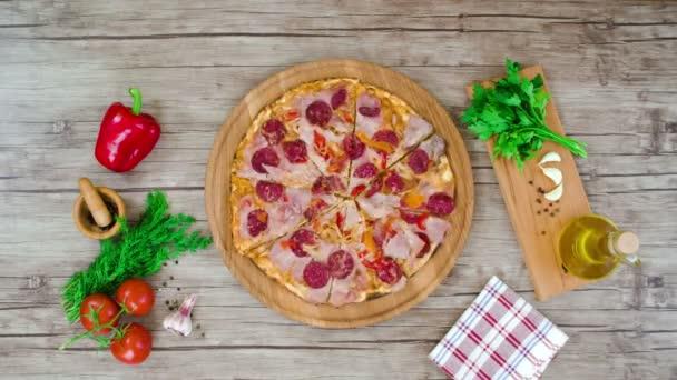 pohled shora na pizzu s přísadami