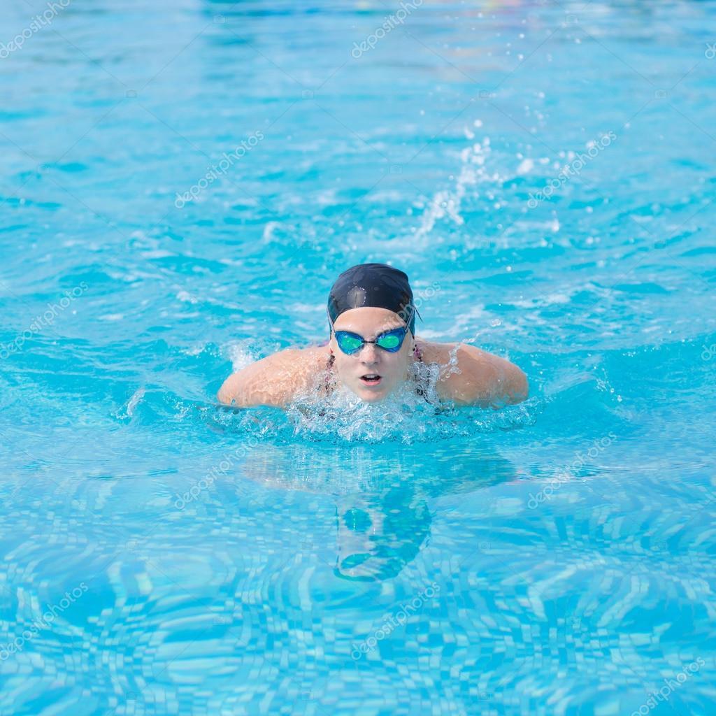 バタフライ泳法スタイルを泳ぐ少...