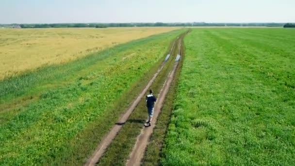 Antenna: Atleta uomo corrente. Corridore maschio fare jogging allaperto. Sport.