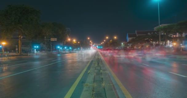 Az éjszakai forgalom túlburjánzik az utca kereszteződésében. A személygépkocsik és motorkerékpárok mozgásának időbeli ütemezése.