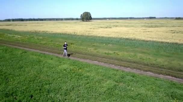 Aerea. Uomo dellatleta in esecuzione. Corridore maschio Sprint durante lallenamento allaperto.