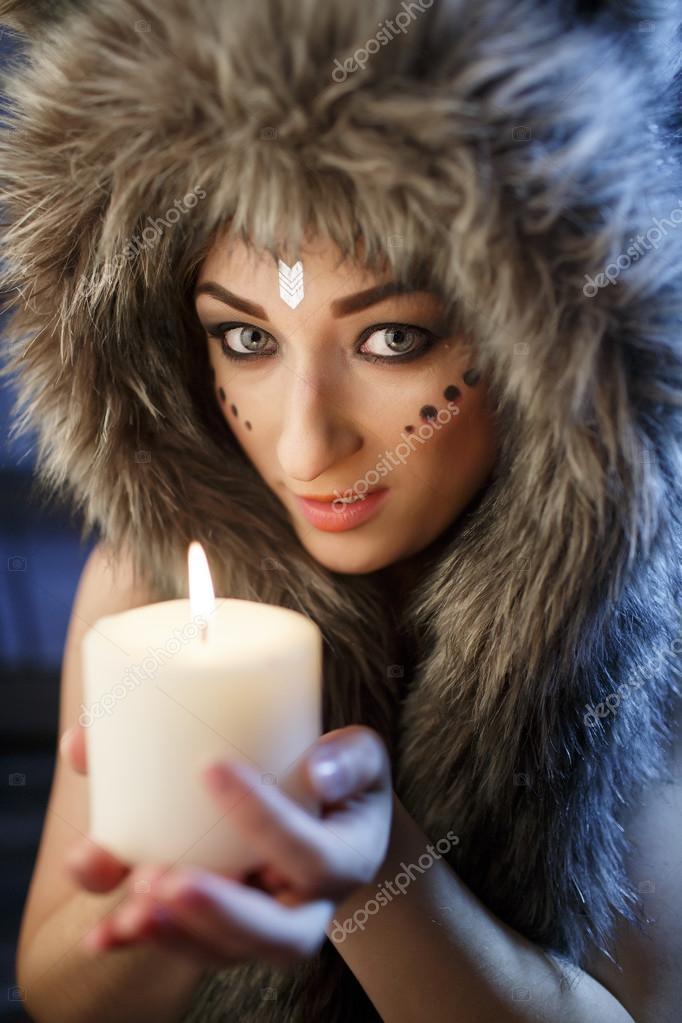 Голая девка в одежде американского индейца — photo 11