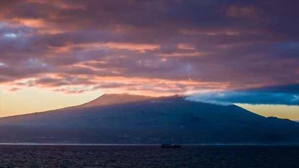 fialové v šeru za východu slunce nad sopkou pico