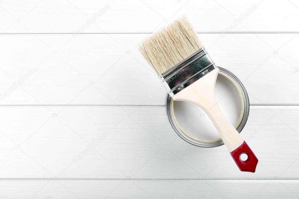 Splitter nya Målarfärg kan med pensel på vit trä bakgrund med copysp DA-18