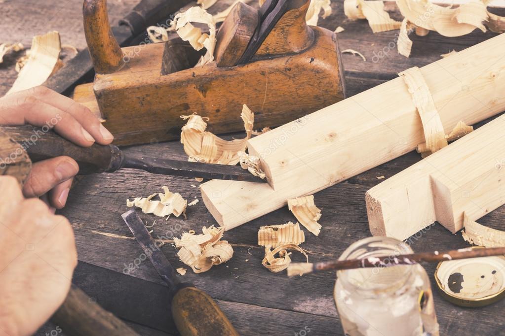 tallando madera Carpintera Tallando La Madera Con Formn Foto De Stock