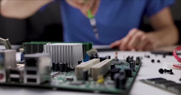 Reparatur und Wartung von Elektronik. Techniker, der im Büro mit Computerteilen arbeitet. Schiebereglerschuss