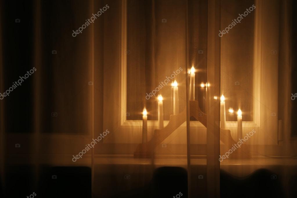 https://st2.depositphotos.com/1032463/5944/i/950/depositphotos_59441331-stockafbeelding-kerst-verlichting-decoratie-op-de.jpg