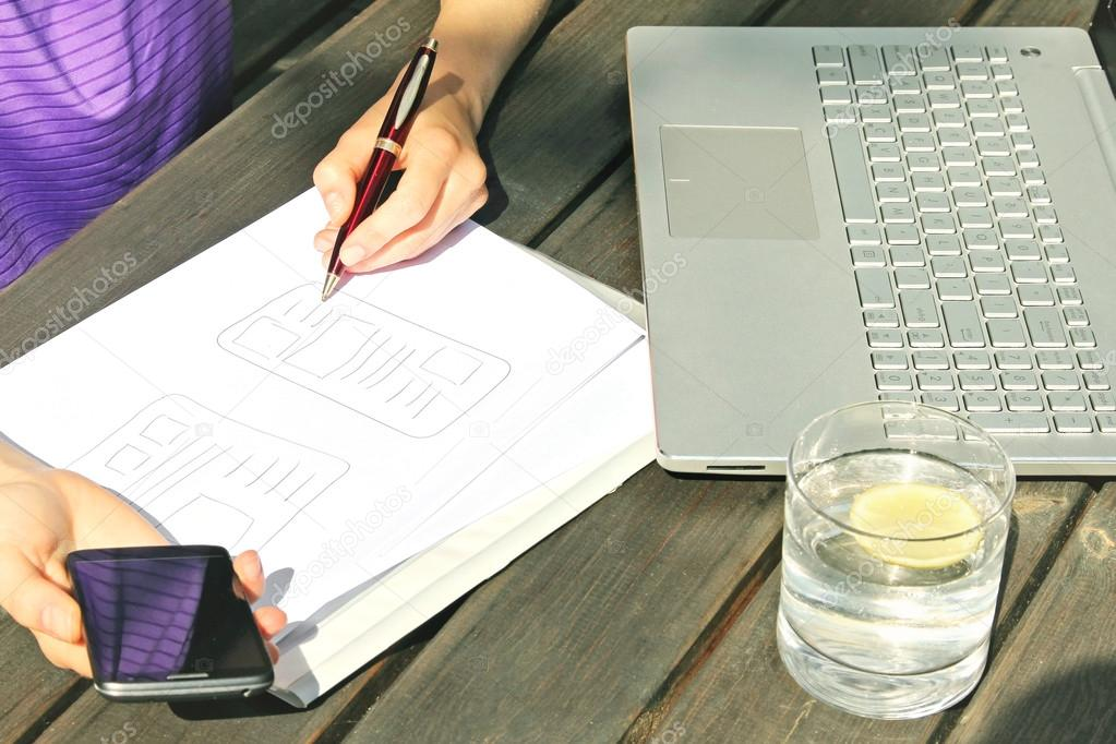 freiberuflicher Designer zeichnen mobile Anwendung \