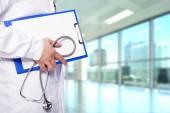 Fotografie Doktor drží schránky a stetoskop v nemocnici