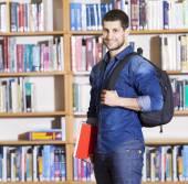 Samec studenta na knihovně