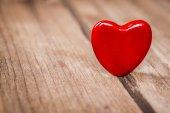 Valentinky srdce na dřevěné pozadí