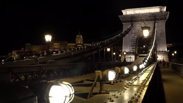 Híd a Dunán Budapesten. Magyarország. Jó éjt, fények. Lövés 4K-ban, UHD