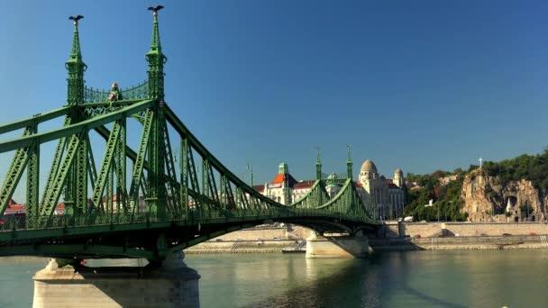 Híd a Dunán Budapesten. Magyarország. Lövés 4K-ban, UHD