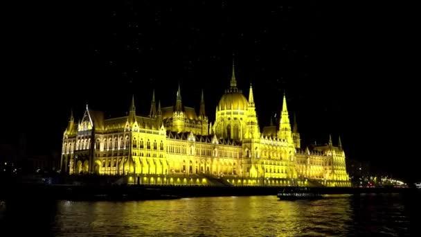 Magyar Parlament Budapesten. Jó éjt, fények. Lövés 4K-ban, UHD