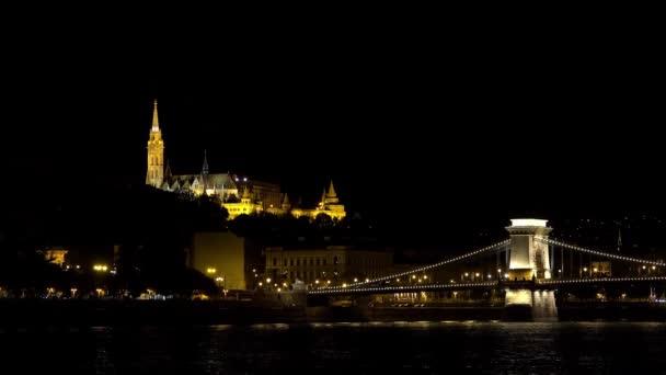 Mátyás templom Budapesten. Jó éjt, fények. Magyarország. Lövés 4K-ban, UHD