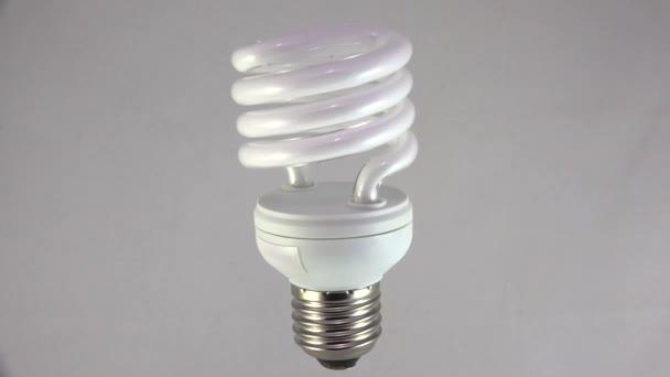 Energiatakarékos lámpa. Lövés 4K-ban, UHD.