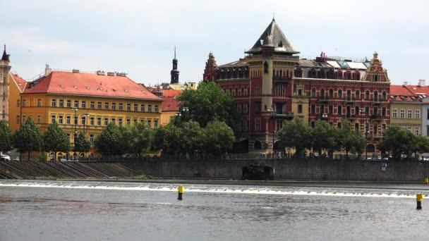 Nábřeží Vltavy v Praze. Česká republika. Video ve 4K