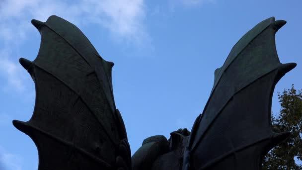 Dämonenflügel gegen den blauen Himmel. Video in 4K, UHD