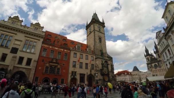 PRAHA, ČESKÁ REPUBLIKA - SUMMER, 2015: Pražské orloje na Staroměstské radnici. Je to nejstarší pracovní orloj na světě, instalovaný v roce1410. Česká republika. Video ve 4K, UHD