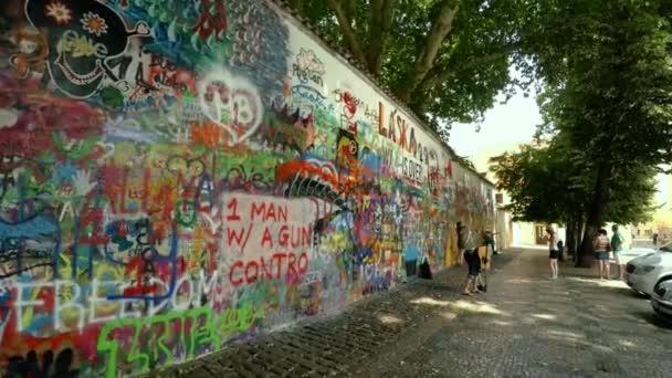 PRAHA, ČESKÁ REPUBLIKA - LÉTO, 2015: Malovaná grafitová stěna v centru Prahy. Lennon Wall. Česká republika. Video ve 4K, UHD