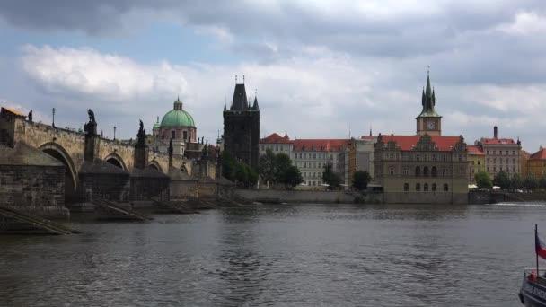 Karlův most v Praze. Česká republika. Video ve 4K, UHD