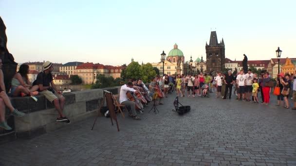 PRAHA, ČESKÁ REPUBLIKA - SUMMER, 2015: Karlův most v Praze. Česká republika. Video ve 4K, UHD.