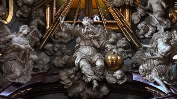 PRAG, TSCHECHISCHE REPUBLIK - SOMMER 2015: Die Innenräume des Tempels in Prag. Tschechien. Video in 4K, UHD