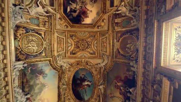 Prächtige bemalte Decken im Louvre in Paris. Frankreich. Video in 4K, UHD