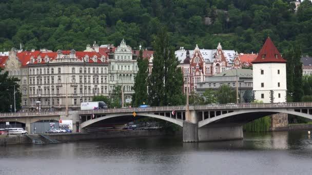 PRAHA, ČESKÁ REPUBLIKA - SUMMER, 2015: Nábřeží Vltavy v Praze. Česká republika. Výstřel ve 4K (ultra-high definition (UHD)).