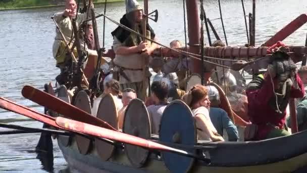 Bojová vikingská loď. Středověcí válečníci. Video ve 4K, UHD. Reálný čas.
