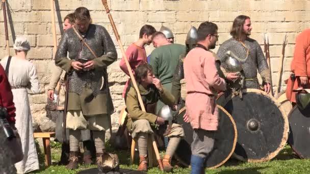 V táboře Vikingů. Vikingové před bitvou. Středověcí válečníci. Video ve 4K, UHD. Reálný čas.