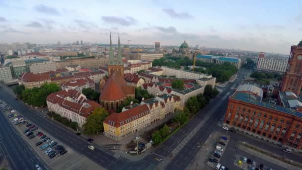 Letecký pohled. Kostel sv. Mikuláše. Nikolajkirche. Berlín. Německo. Video ve 4K, UHD