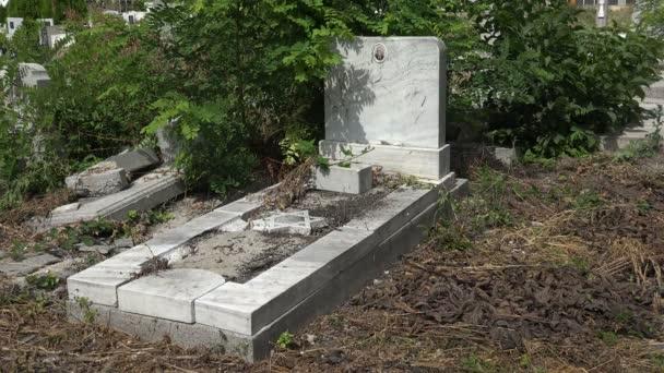 Elpusztult a sírok a zsidó temetőben. Várna. Bulgária. 4k