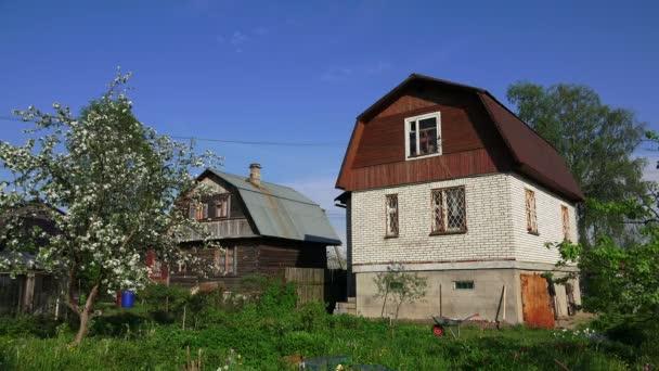 Dům z bílých cihel v obci