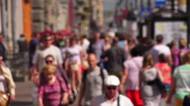 nevsky Aussicht. Saint-petersburg. Menschen gehen die Allee entlang. verschwimmen. 4k.