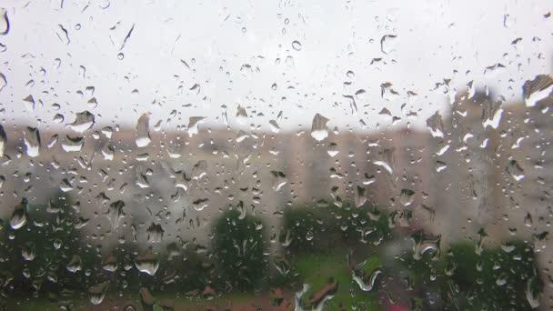 dešťové kapky na okenní sklo