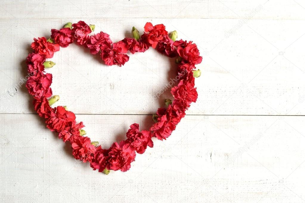 Rote Nelken herzförmige Kranz — Stockfoto © yonibunga #70233981