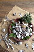 Vánoční strom, stříbrná ozdoba koule a svíčky