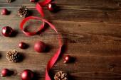 Červená vánoční ozdoba koule s mašlí