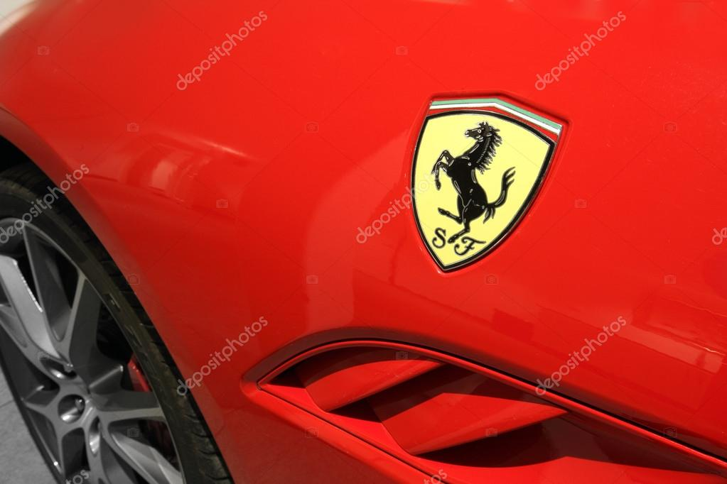 logo cheval ferrari fermer vers le haut sur la voiture rouge photo ditoriale mikdam 59557765. Black Bedroom Furniture Sets. Home Design Ideas
