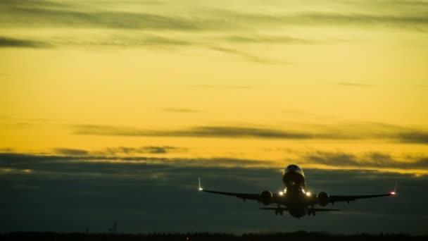 Video von Flugzeugen im Sonnenuntergang