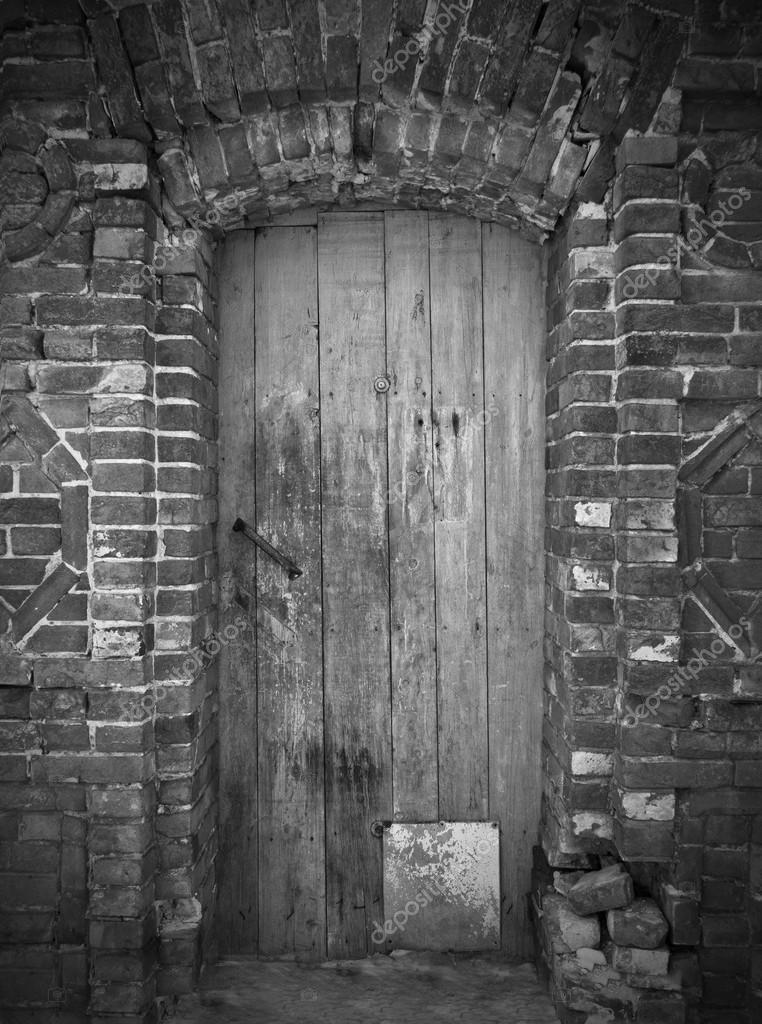 foto antigua de la puerta de madera blanco y negro foto