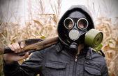Fényképek ember gázálarc fegyvert koncepció háborús veszély
