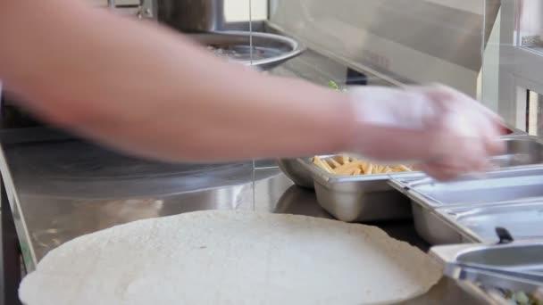 kuchař dělá Shawarma